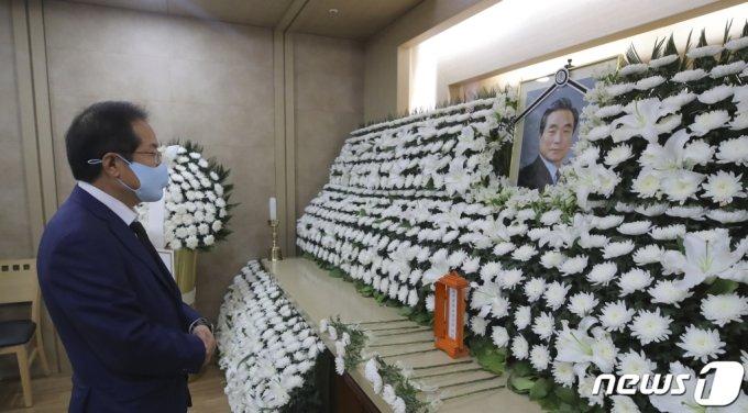 홍준표 무소속 의원이 10일 서울 광진구 건국대학교병원 장례식장에 마련된 故 이한동 전 국무총리 빈소에서 조문을 하고 있다. /사진=뉴스1