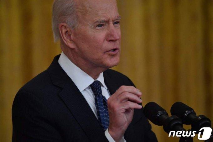 (워싱턴 AFP=뉴스1) 우동명 기자 = 조 바이든 미국 대통령이 10일(현지시간) 워싱턴 백악관에서 연설을 갖고 송유관 운영사인 콜로니얼 파이프라인의 가동이 중단된 사태를 야기한 해커들이 러시아에 있다며 해킹 방어를 위한 국제적인 연대를 강조하고 있다.  (C) AFP=뉴스1