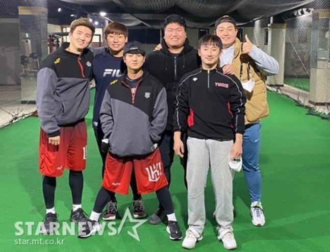 한국에서 겨울 운동을 함께한 탬파베이 최지만(오른쪽 뒤)과 KT 김병희(맨 왼쪽). /사진=최지만 제공