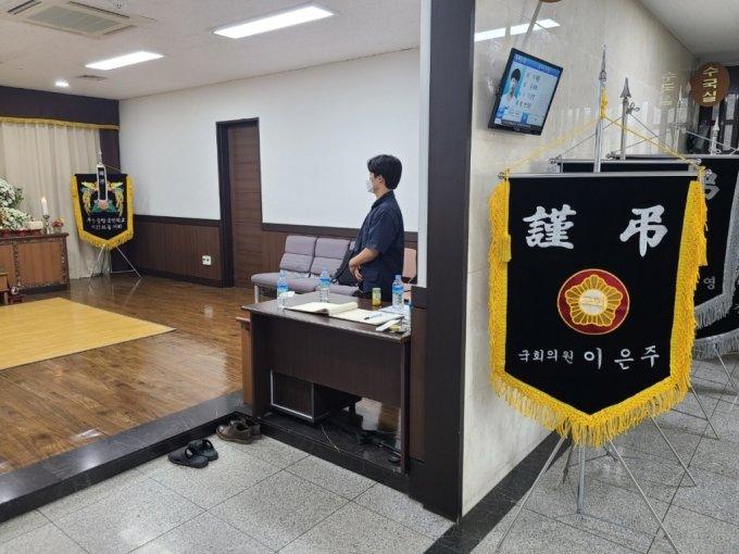 12일 오전 경기 평택시 안중백병원에 마련된 고(故) 이선호씨(23)의 빈소를 동갑내기 친구 이철우씨가 지키고 있다. /사진=정한결 기자.