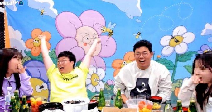 만세를 하며 유관순 열사를 묘사하고 있는 BJ봉준(왼쪽)과 오메킴(오른쪽)/사진 = 아프리카TV