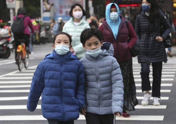 [타이베이=AP/뉴시스]29일 대만 타이베이에서 코로나19 예방을 위해 일부 마스크를 쓴 시민들이 건널목을 건너고 있다. 대만의 코로나19 누적 확진자 수는 전날보다 2명 늘어난 895명, 사망자는 7명이다. 2021.01.29.