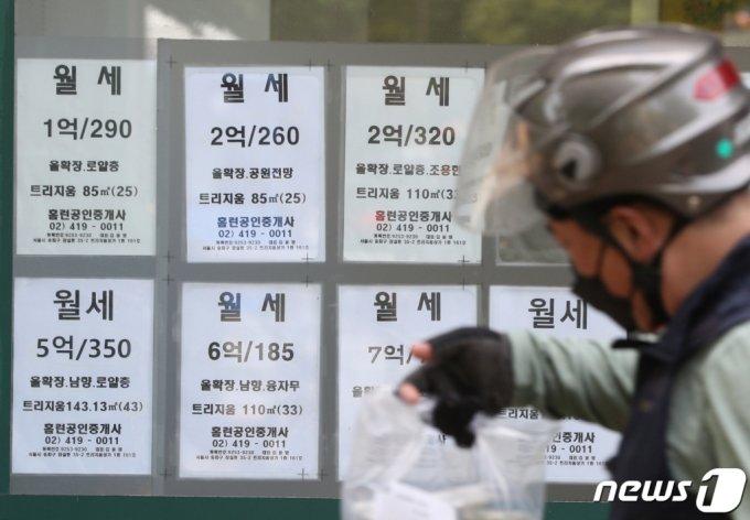 문재인 정부 출범 이후 약 4년간 서울 아파트 실거래가가 75% 이상 상승한 것으로 나타났다. 11일 한국부동산원의 '공동주택 실거래가격지수'에 따르면 문재인 정부 출범 당시인 2017년 5월 서울 아파트 실거래가격지수는 94다. 이 지수는 올해 2월 현재 164.7을 기록하며 4년 동안 75.2% 올랐다. 사진은 이날 서울의 한 부동산 상가의 모습. 2021.5.11/뉴스1