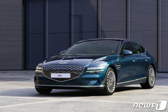 (서울=뉴스1) = 제네시스는 19일 상하이 컨벤션 센터에서 열린 '2021 상하이 국제모터쇼'에서 브랜드 첫번째 전기차 모델을 세계 최초로 공개하고 본격적인 전동화의 시작을 알렸다.  아울러 제네시스의 대표 세단 G80와 럭셔리 플래그십 SUV GV80를 함께 전시하며 이달 초 브랜드를 공식 출범한 중국에서 소비자들의 마음을 사로잡기 위한 활동에 들어갔다. (제네시스브랜드 제공) 2021.4.19/뉴스1