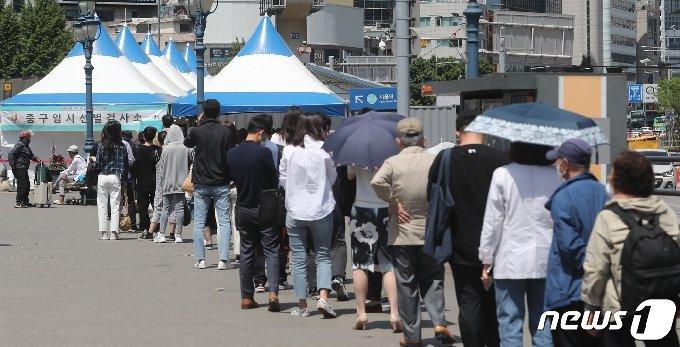 신종코로나바이러스 감염증(코로나19) 신규 확진자가 635명을 기록하면서 일주일만에 다시 600명대로 증가한 12일 서울역 임시선별진료소에 시민들이 검사 대기를 하고 있다. 2021.5.12/뉴스1 © News1 이성철 기자