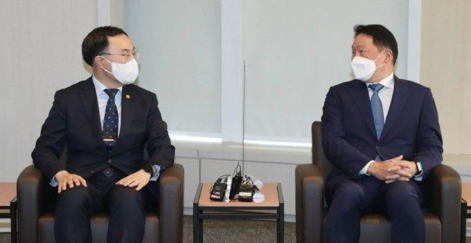 최태원 대한상의 회장(오른쪽)과 문승욱 산업통상자원부 장관이 최근 경제현안에 대해서 논의하고 있다./사진제공=대한상의