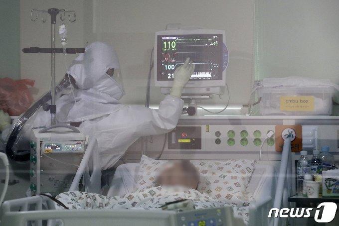 국제 간호사의 날을 하루 앞둔 11일 울산대병원 특수(음압) 중환자실에서 방호복을 착용한 간호사가 신종 코로나바이러스 감염증(코로나19) 환자를 돌보고 있다. 2021.5.11/뉴스1 © News1 윤일지 기자