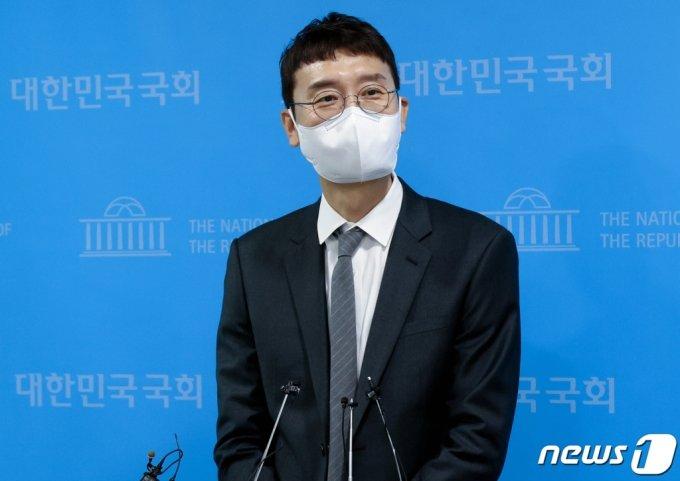 (서울=뉴스1) 오대일 기자 = 김웅 국민의힘 의원이 13일 오전 서울 여의도 국회 소통관에서 당대표 경선 출마를 선언한 뒤 기자들의 질문에 답변하고 있다. 초선인 김 의원은