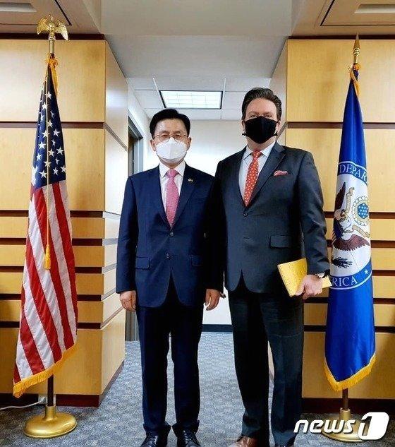 마크 내퍼 미국 국무부 부차관보 만난 황교안 전 대표 (황 전 대표 페이스북) (C) 뉴스1