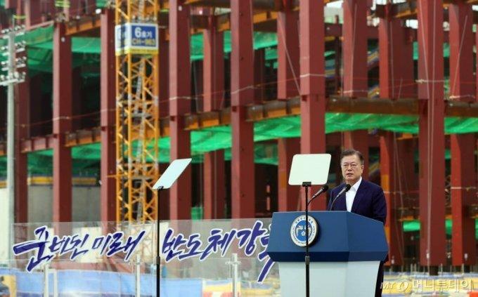 문재인 대통령이 13일 경기 평택시 삼성전자 평택단지 3라인 건설현장에 마련된 야외무대에서 열린 'K-반도체 전략 보고에 참석해 모두발언을 하고 있다. /사진=뉴시스