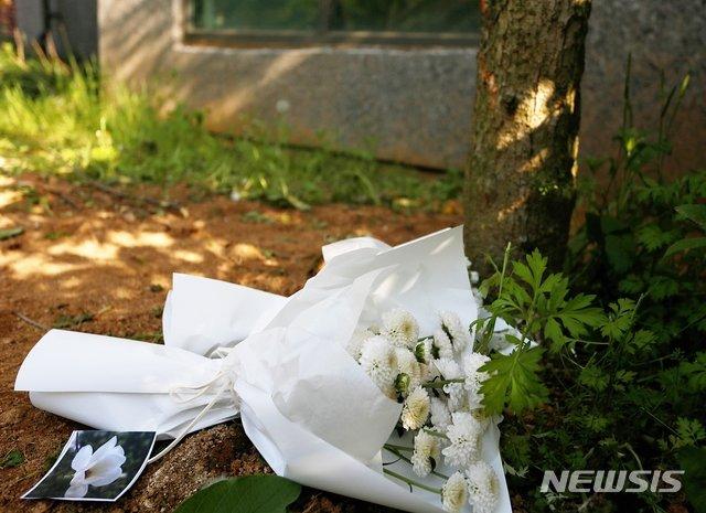 충북 청주시 청원구 오창읍 한 아파트 화단에 스스로 목숨을 끊은 중학생들을 추모하는 헌화가 지난 13일 놓여있다./사진=뉴시스