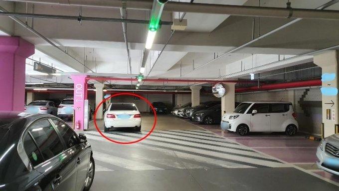 """A씨는 """"B씨가 결국 주차장에 와서 다른 곳으로 차를 옮겼다""""며 사진을 공개했다./사진=온라인 커뮤니티 '보배드림'"""