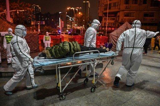 작년 1월 25일 중국 후베이성 우한에서 코로나19 환자가 병원 응급실로 실려가고 있다. 코로나바이러스의 일종인 SARS-CoV-2 바이러스는 2019년말 우한에서 가장 먼저 집단발병이 보고됐다./사진=AFP