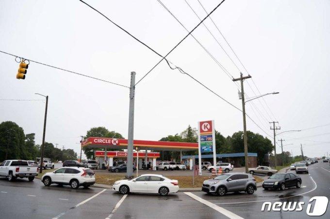 지난 12일(현지시간) 송유관 운영사 '콜로니얼 파이프라인'에 대한 해킹 공격으로 연료 공급난 우려 속 노스캐롤라이나주 페이엣빌의 주유소에서 기름을 넣으려는 차량이 줄을 서 있다.  /사진=AFP·뉴스1