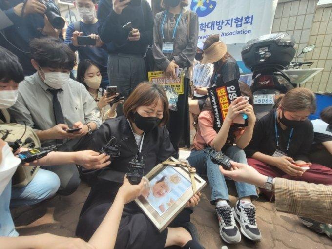 14일 서울 양천구의 남부지방법원 앞에서 정인이 선고 결과를 전해들은 한 시민이 바닥에 주저앉아 오열하고 있다.