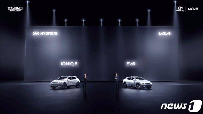 (서울=뉴스1) = 현대자동차·기아는 15일 온라인 채널을 통해 진행된 중국 전략 발표회 '라이징 어게인, 포 차이나(Rising again, For China)'를 성료했다.   이날 행사는 현대자동차와 기아가 중국 시장에서 재도약을 하기 위한 4대 전략, 현지화 R&D 강화, 전동화 상품 라인업 확대, 수소연료전지 기술 사업 본격화 및 수소 산업 생태계 확장, 브랜드 이미지 쇄신 등을 발표하는 자리로 구성됐다. 현대자동차 아이오닉5(왼쪽)와 기아 EV6가 공개되고 있다. (현대차·기아 제공) 2021.4.15/뉴스1