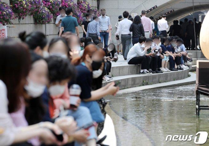 (서울=뉴스1) 김진환 기자 = 전국적으로 낮 최고기온이 30도까지 올라가며 초여름 더위를 기록한 14일 오후 서울 청계천에서 시민들이 더위를 피하고 있다. 기상청은 주말에 비가 내리며 더위를 식혀줄 것으로 예보했다. 2021.5.14/뉴스1