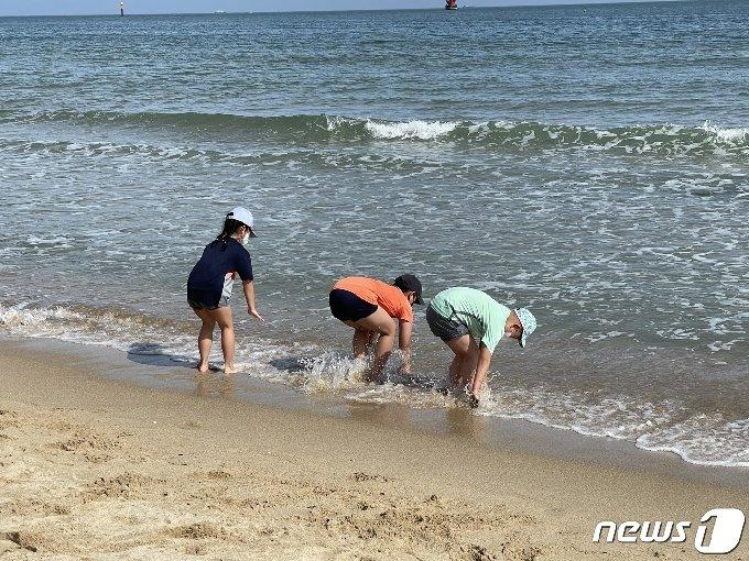 14일 오후 부산 해운대해수욕장을 찾은 어린이들이 바닷물에 발을 담그고 있다.2021.5.14 / © 뉴스1 이유진 기자