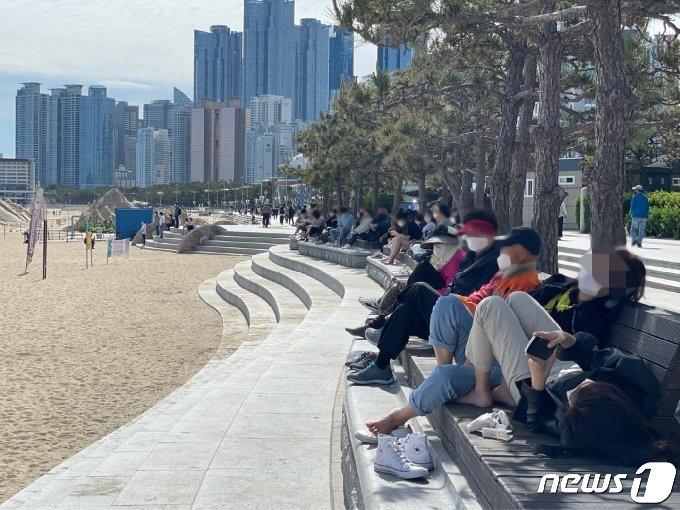 14일 오후 부산 해운대해수욕장 호안도로 옆 벤치에 방문객들이 다닥다닥 붙어 앉아 있다.2021.5.14 / © 뉴스1 이유진 기자