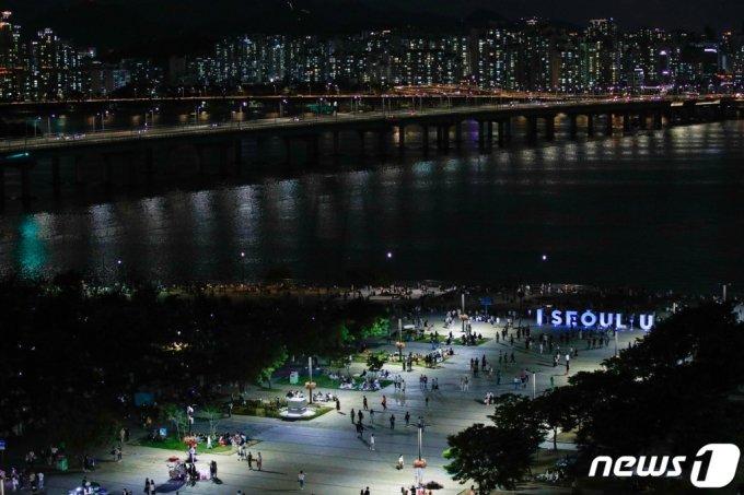 (서울=뉴스1) 안은나 기자 = 4일 저녁 서울 여의도 한강공원에서 시민들이 시원한 밤공기를 쐬고 있다. 2020.7.4/뉴스1