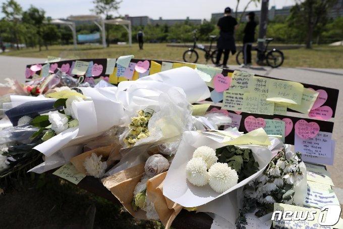 11일 서울 서초구 반포한강공원 수상택시 승강장 인근에 고(故) 손정민씨를 추모하는 꽃과 메모들이 놓여져 있다. 2021.5.11/뉴스1 © News1 이승배 기자