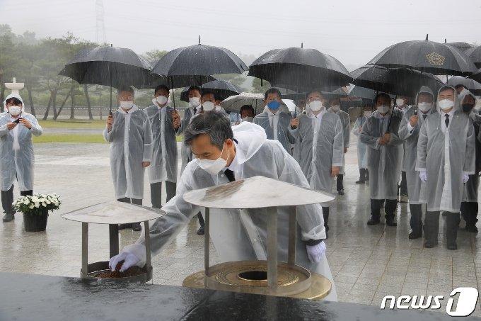 김승남 더불어민주당 전남도당위원장이 15일 국립 5·18민주묘지를 참배하고 있다. © 뉴스1