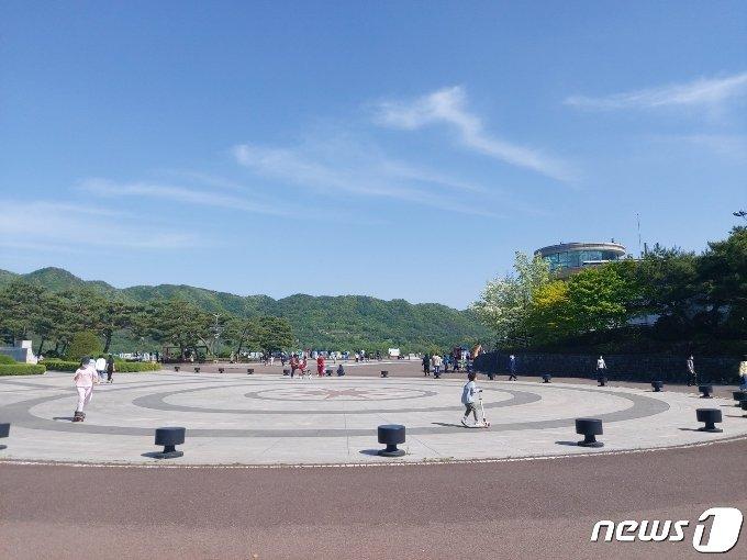 15일 대전 대덕구 대청댐 물문화관 앞에는 자전거, 킥보드를 타는 등 휴일을 만끽하는 시민들로 북적였다. © 뉴스1