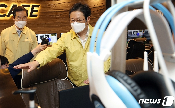 [사진] 코로나19 현장점검하는 황희 장관