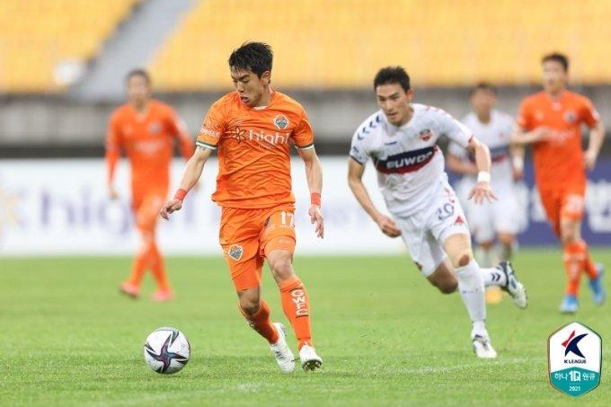 강원FC 김대원(왼쪽)이 드리블을 펼치고 있다. /사진=한국프로축구연맹 제공