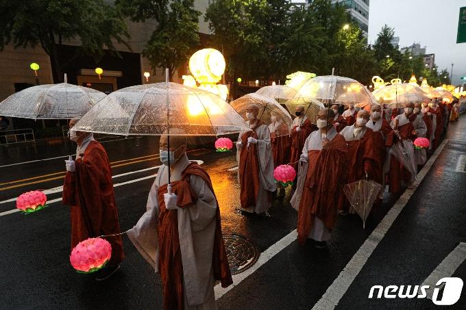 [사진] 비와 함께하는 연등행렬