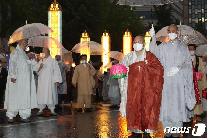 [사진] 연등 행렬 참석한 원행 스님
