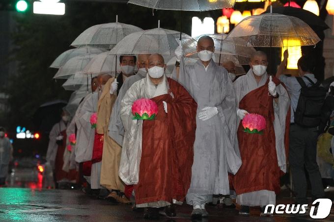 [사진] 연등 행렬 함께하는 원행 스님