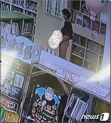천안의 한 아파트 도서관에서 중고등학생으로 보이는 남성이 음란행위를 했다는 내용의 글이 SNS에 게재됐다.(페이스북 캡처화면)© 뉴스1