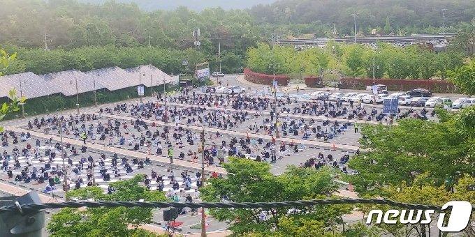 경남 김해시에서 라마단 관련 기도회에 참석한 외국인 13명이 14일 신종 코로나바이러스 감염증(코로나19) 확진판정을 받았다. 사진은 지난 13일 오전 진행된 라마단 관련 기도회 현장. (김해시 제공)© 뉴스1