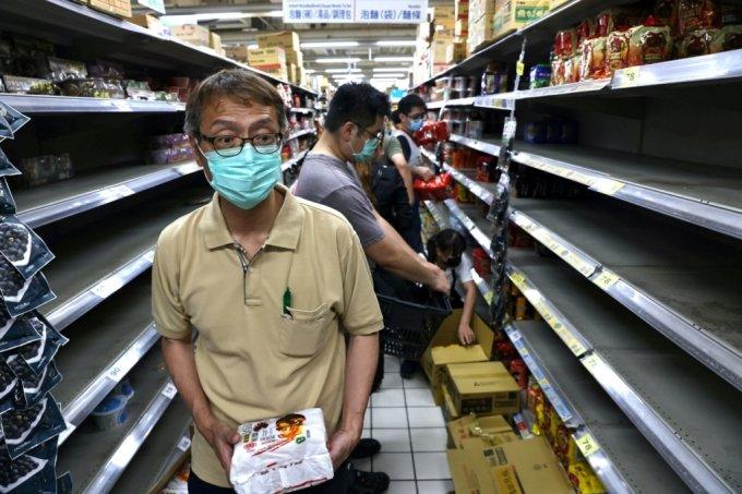 최근 대만에서 코로나19 지역감염이 확산하면서 불안한 시민들이 생필품 사재기에 나서고 있다. 15일 대만 타이베이의 한 상점 매대가 사재기로 인해 텅 비어있는 모습./사진=로이터