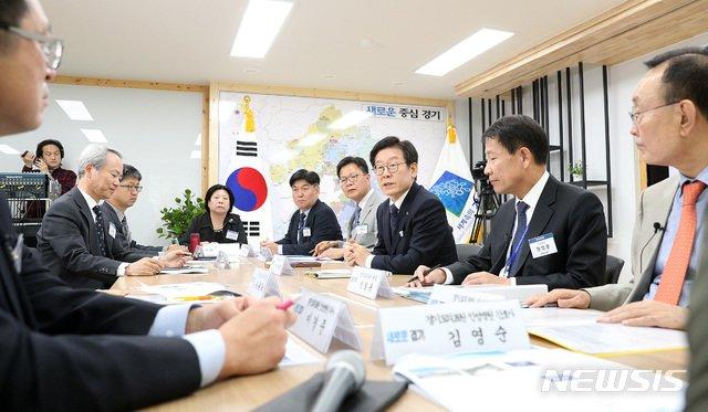 2018년 10월 이재명 경기지사가 '경기도의료원 수술실 CCTV 운영 공개토론회'에 참석한 모습. / 사진제공=뉴시스
