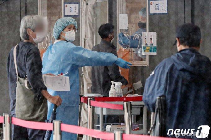 16일 오전 서울 중구 서울역광장에 마련된 코로나19 임시선별검사소를 찾은 시민들이 진단검사를 받고 있다. /사진제공=뉴스1