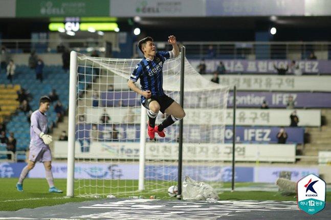 지난 11일 포항스틸러스전에서 골 세리머니를 펼치고 있는 인천유나이티드 김도혁. /사진=한국프로축구연맹