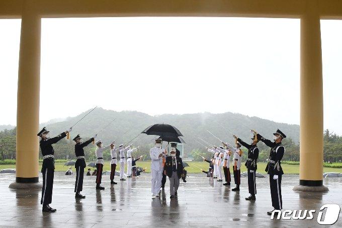각 군 의장대가 국립대전현충원에서 6·25전쟁 참전용사에 대해 예도하고 있다. (대전지방보훈청 제공) © 뉴스1