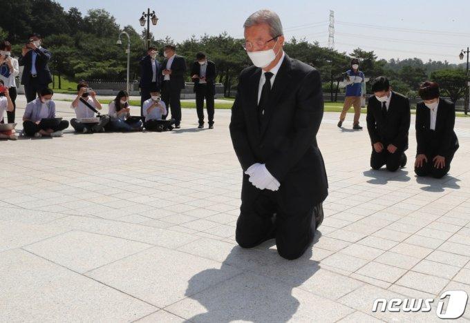 김종인 미래통합당(현 국민의힘) 전 비상대책위원장이 지난해 8월 광주 국립5·18민주묘지에서 무릎 꿇고 참배하고 있다. /사진제공=뉴스1