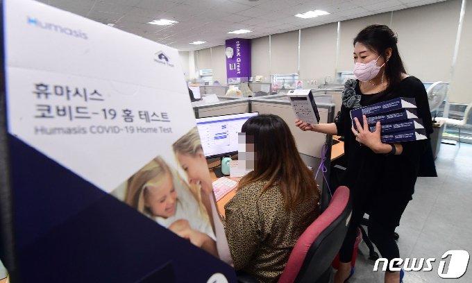17일 서울 성동구의 한 콜센터에서 관계자가 직원들에게 자가검사키트를 나눠주고 있다. 2021.5.17/뉴스1 © News1 임세영 기자