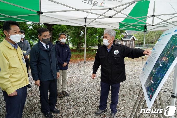 [사진] 벌채 현황 보고받는 최병암 산림청장