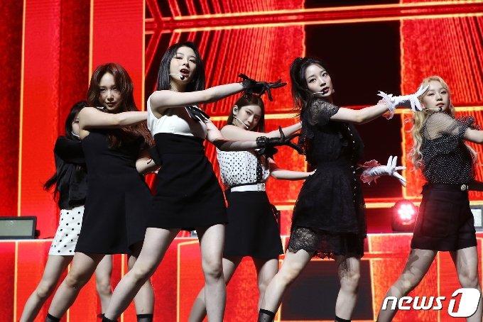 로켓펀치(Rocket Punch)가 17일 서울 용산구 한남동 블루스퀘어에서 열린 첫 번째 싱글 앨범 '링링(Ring Ring)' 발매 기념 쇼케이스에 참석해 신곡을 선보이고 있다. 2021.5.17/뉴스1 © News1 권현진 기자