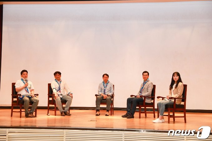 민주당 전북도당 청년위원회 발대식에서 청년들이 토크 콘서트를 하고 있다.(전북도당제공)2021.5.17/뉴스1