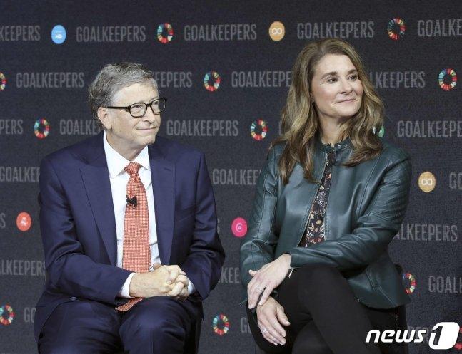 마이크로 소프트 창업자인 빌 게이츠와 부인 멀린다가 2018년 9월 뉴욕 링컨센터에서 열린 행사에 함께 참석을 하고 있다. 빌 게이츠 부부는 3일(현지시간) 27년간의 결혼 생활을 끝내고 이혼하기로 합의했다고 밝혔다. AFP=뉴스1 /News1