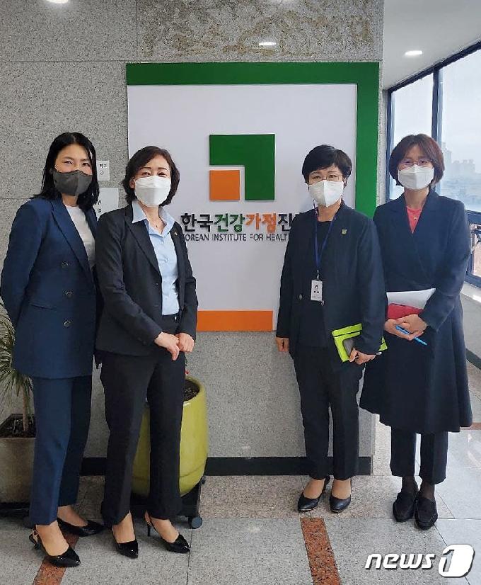 [사진] 김경선 차관, 가족상담전화 방문