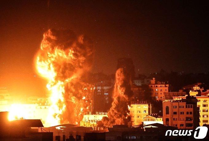 17일(현지시간) 팔레스타인 가자시티 건물에서 이스라엘 군의 폭격으로 화염과 연기가 치솟고 있다. © AFP=뉴스1 © News1 우동명 기자