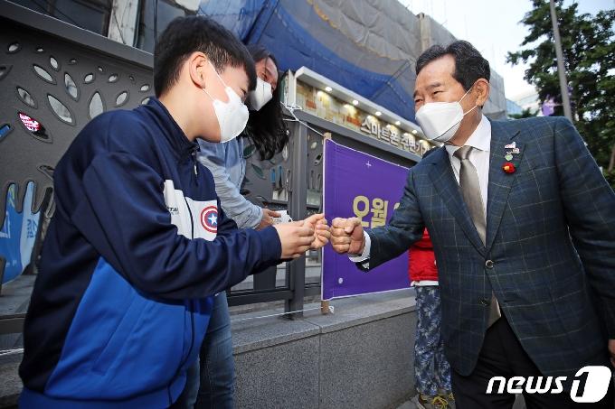 [사진] 어린 지지자 만난 정세균 전 총리