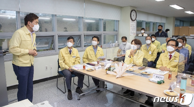 [사진] 따오기 복원 현황 설명 듣는 한정애 장관