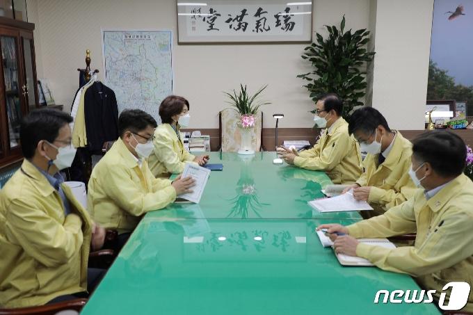[사진] 한정애 장관, 한정우 창녕군수와 협력 방안 논의